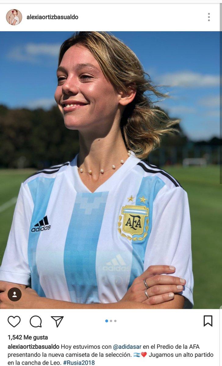 10fa492d81e7f Alexia Ortiz (modelo) presentó la camiseta de la Selección femenina en  medio de la presentación de la de varones que jugará en el Mundial de Rusia.